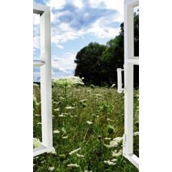 Tenture suspendue fenêtre ouverte sur la campagne