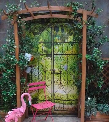 Brise vue trompe l'oeil jardin porte en fer forgée chez Georgina