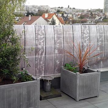 Brise vue gris sur une terrasse