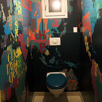 Papier peint pour toilettes carte du monde bleue
