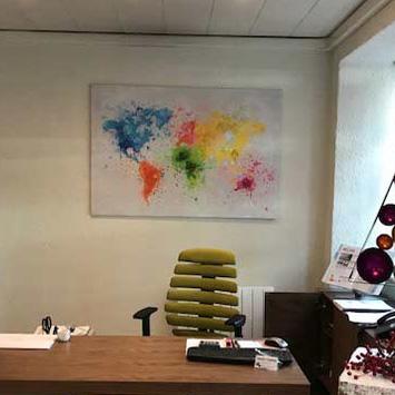Tableau carte du monde Splash dans le bureau de Serge